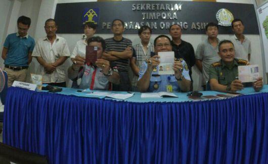 Kepala Imigrasi Kelas I Pontianak, Matt Salim menunjukkan Visa On Arrival bersama delapan WNA asal Cina dalam jumpa pers.