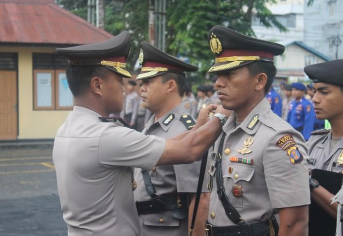 Kapolres Tarakan AKBP Dani Hamdani menyematkan pangkat baru kepada tiga perwiranya dalam Upacara Sertijab di Mako Polres Tarakan, Jumat pagi (29/04).