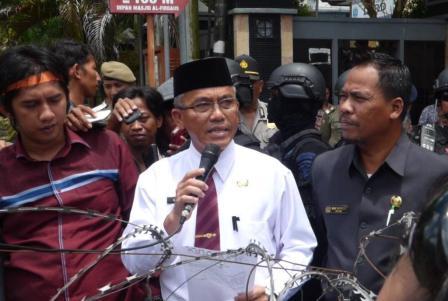 Walikota Tarakan kala membacakan hasil keputusan rapat bersama Garuda, DPRD dan PT. PLN Tarakan.