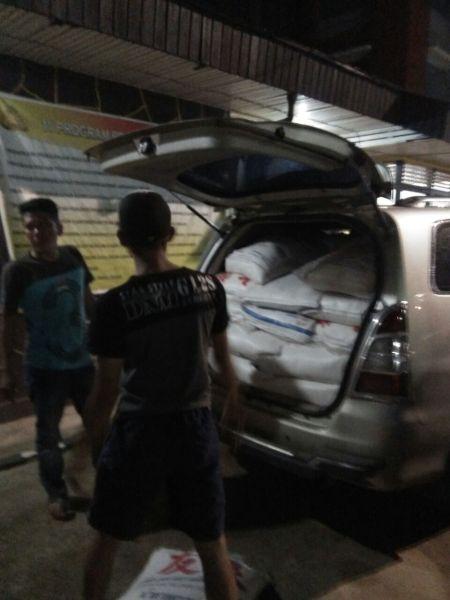 Bagasi belakang mobil Xenia KB 1477 HN yang dikendarai oknum TNI AD memuat gula asal Thailand tanpa dokumen.