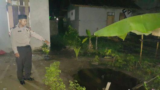 Kolam di depan rumah Z menjadi tempat warga menolong Almarhum Jesica untuk memadamkan api dibadannya.