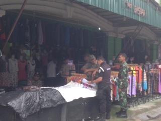 Sejumlah petugas yang mencoba memberikan pengarahan kepada pedagang yang berjualan di badan jalan.