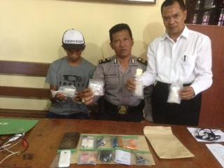 SB warga Jalan Bayangkara RT 60, Kelurahan Karang Anyar, Kecamatan Tarakan Barat melihatkan barang bukti sabu-sabu di depan awak media.