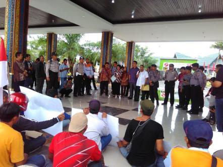 Ketua DPRD Kabupaten Bulungan Syarwani saat menghadapi massa pendemo.