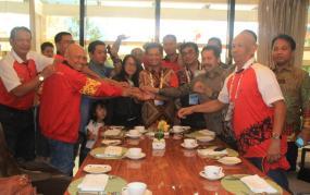 Salam kompak Gubernur Provinsi Kaltara Irianto Lambrie bersama KONI dan Pengprov PRSI Kaltara dalam mensukseskan prestasi pada PON XIX di Jabar.