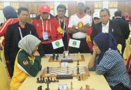 Wakil Gubernur Kaltara H Udin Hianggio kala mengunjungi pertandingan catur cepat perorangan putri di Hotel Savoy, Minggu (18/09).