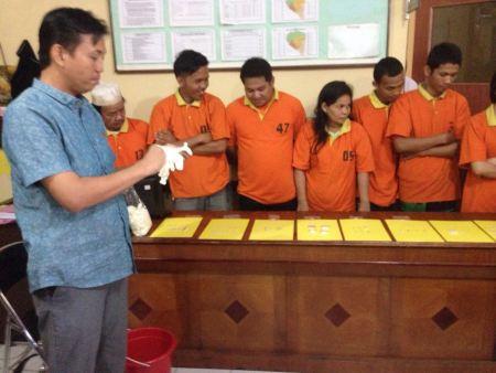 Pemusnahan barang bukti sabu-sabu yang dilakukan Polres Tarakan dengan disaksikan para tersangka.