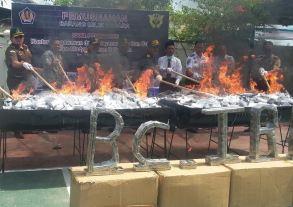 Kepala KPPBC Tipe Madya Pabean B Kota Tarakan Agus Djoko Prasetyo bersama segenap pejabat terkait melakukan pemusnahan barang ilegal dengan cara dibakar pagi tadi.