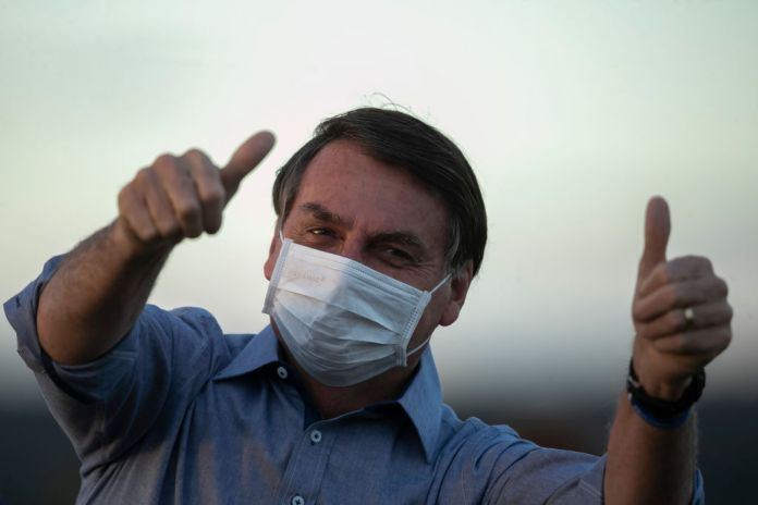 A photo of President Bolsonaro with two thumbs up