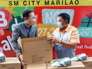 Uniqlo, SM donated 37,200 pieces of AIRism masks for the communities and families in Bulacan