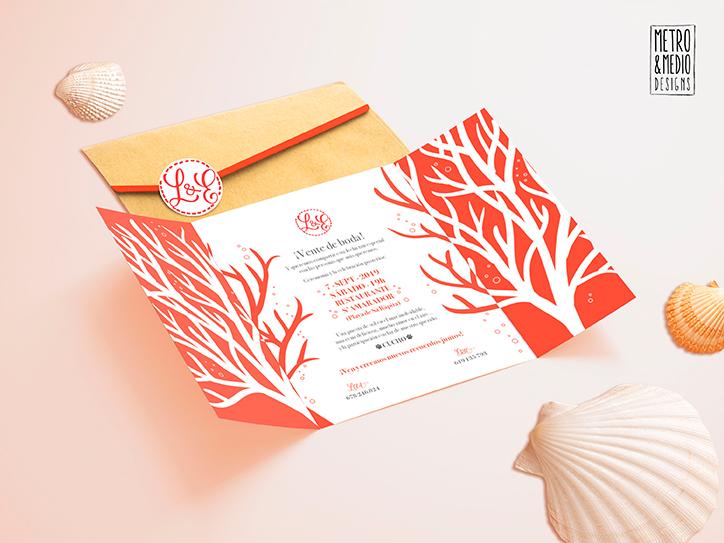 Invitación de boda abierta de tema marino con formas de coral. Colores blanco y coral. Sobre de papel kraft y pegatina personalizada