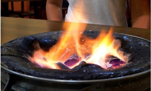 Glühende Kohlen beim koreanischen BBQ heizen tüchtig ein.