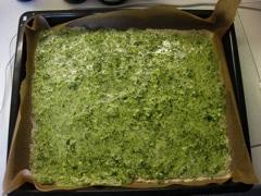 Ei-Spinat-Masse ausbreiten und backen.