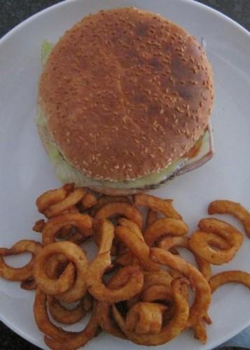 Kreuzburger mit Curley-Frites
