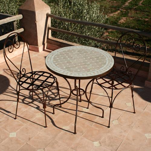 zellige et chaises fer forge du maroc