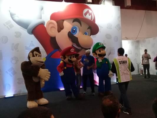 Mascotes oficiais de Mario, Luigi e Donkey Kong junto com Charles Martinet / Foto reprodução Meugamer.com