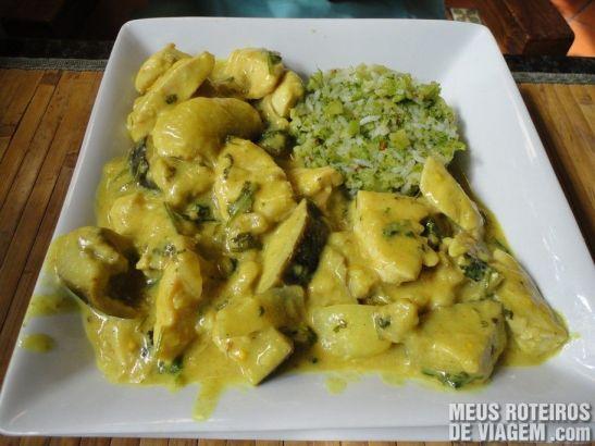 Curry de Frango com Arroz de Brócolis - Pelô Bistrô, Salvador