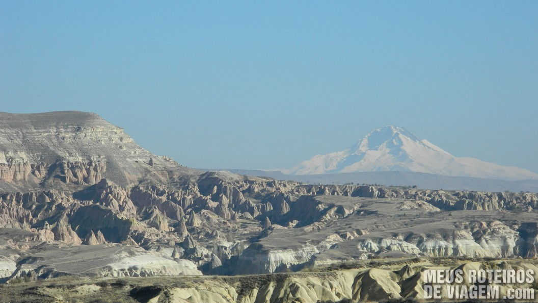 Paisagem da Capadócia e o vulcão Erciyes - Turquia