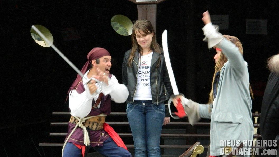 Duelo de piratas no passeio de barco