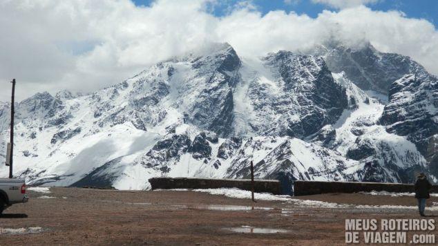 Montanhas com neve nos arredores do Cristo Redentor de Los Andes