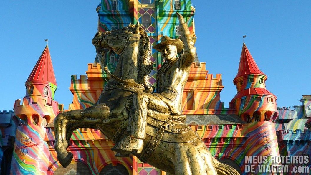 Estátua do Beto Carrero em frente ao Castelo das Nações