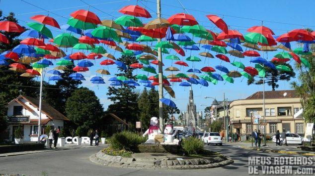 Guarda-chuvas numa rotatória do centro de Canela