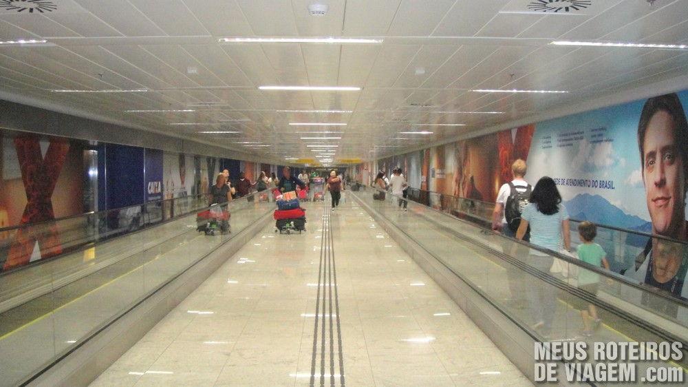 Corredor com esteiras na ligação entre o Terminal 2 e o Terminal 3 no Aeroporto de Guarulhos