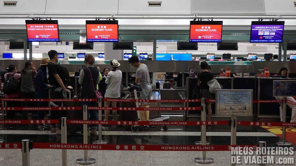 Balcões da Hong Kong Airlines no Aeroporto de Hong Kong