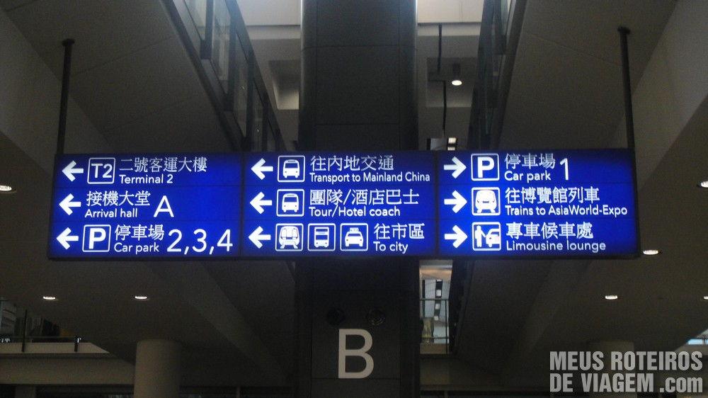 Placas indicativas no desembarque do Aeroporto de Hong Kong