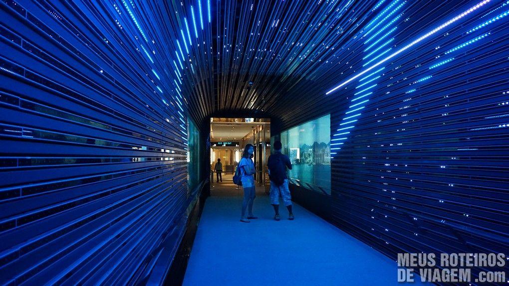 Túnel luminoso no início da visita