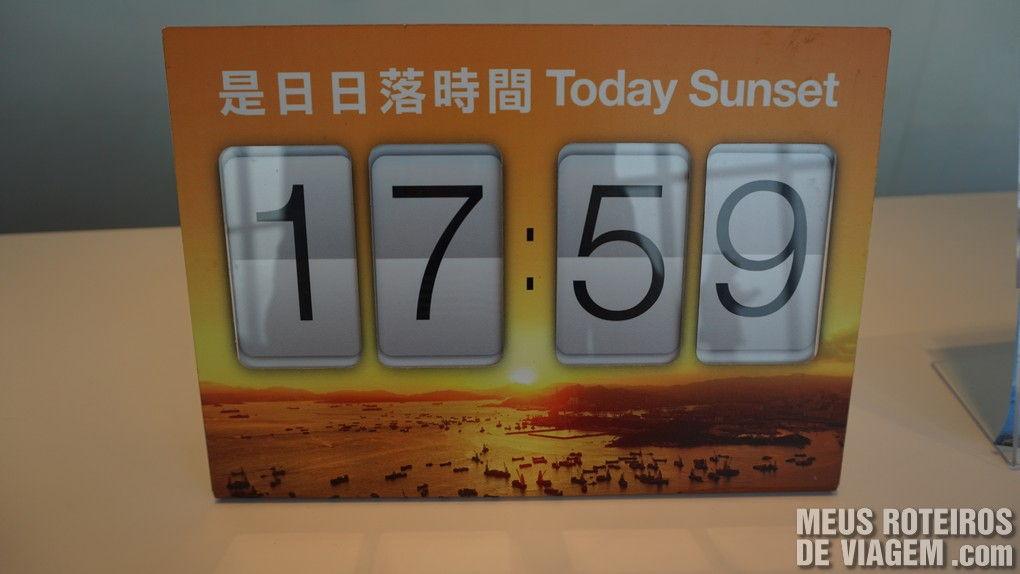 Placa com horário do por do sol no dia da visita