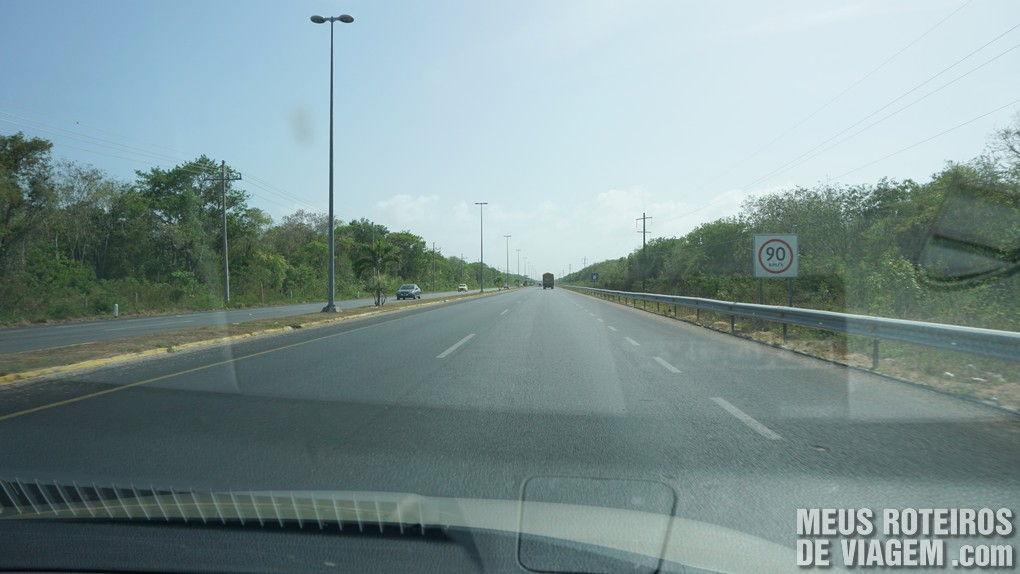 Placa com limite de velocidade na estrada entre Cancun e Playa del Carmen