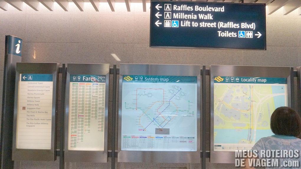 Mapas e placas indicativas na estação do metrô de Cingapura