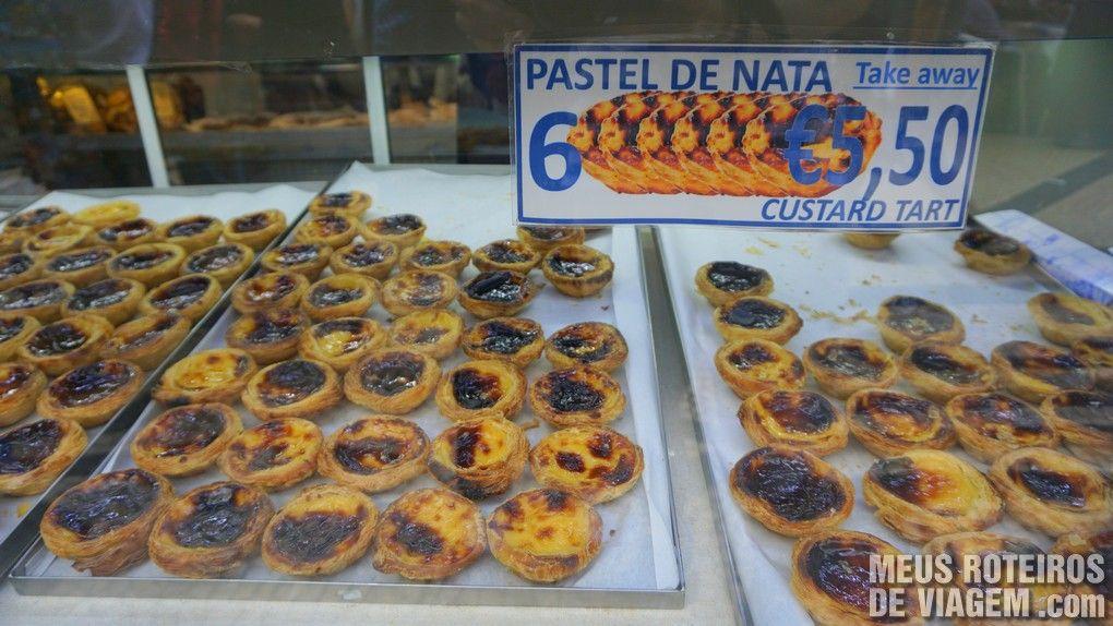 Pasteis de nata na vitrine da Pastelaria Ferrary - Lisboa, Portugal