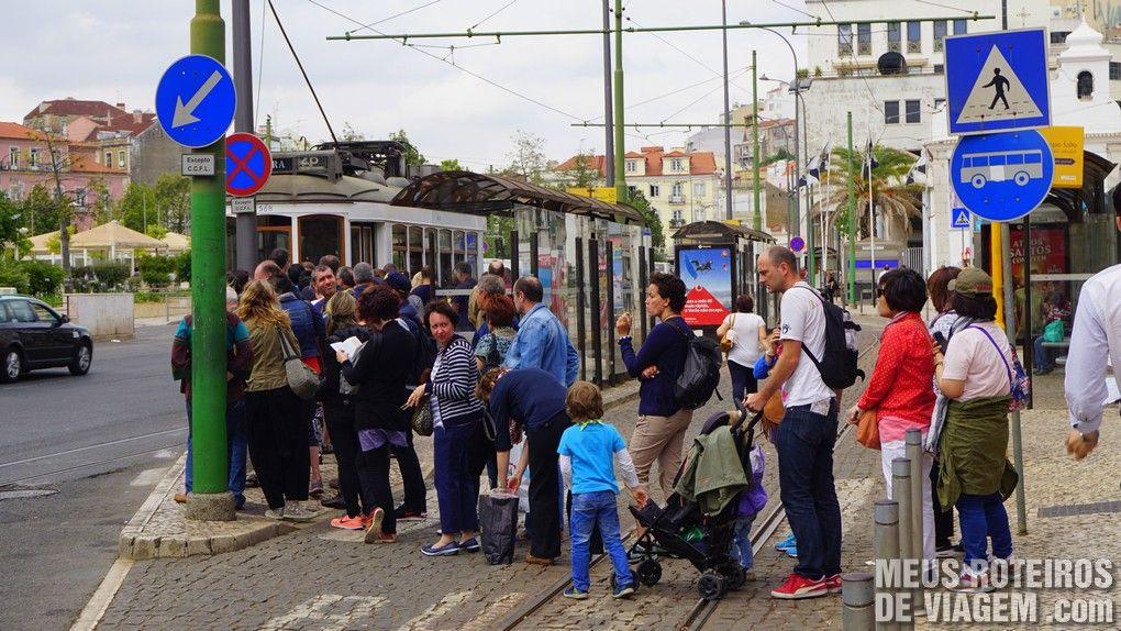 Fila para o bonde 28 na Praça Martim Moniz - Lisboa