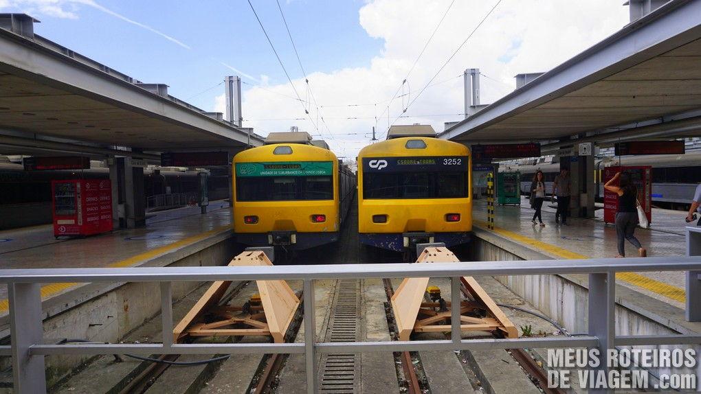 Trens na plataforma da Estação Cais do Sodré - Lisboa, Portugal