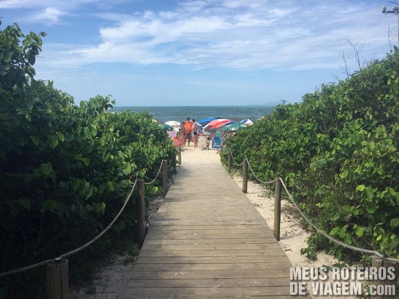 Acesso à praia em frente ao restaurante Donna
