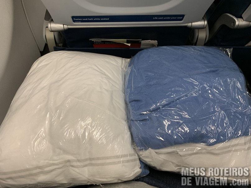 Travesseiro e Manta da Delta Airlines