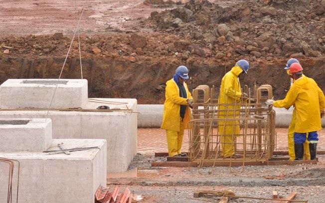 Funcionários trabalham na fundação do estádio