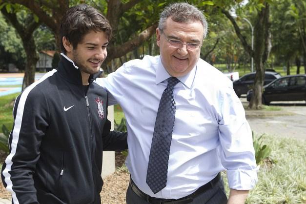 O atacante Alexandre Pato foi visitar o presidente Mario Gobbi ...