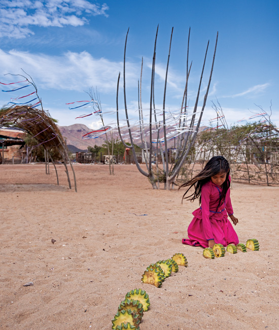 David Paniagua / This girl prepares a game wheel in which only women participate.