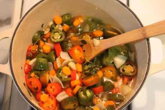agrega el resto de los ingredientes y lleva a ebullición, chiles jalapeños en vinagre.