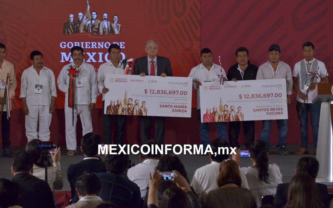 Entregan cheques por venta de autos en Los Pinos