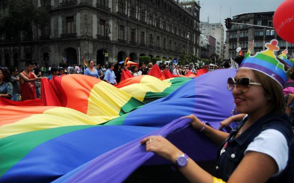 Coloca Congreso capitalino banderas LGBTTTI