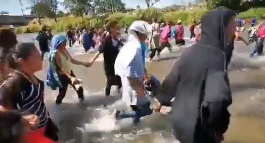 Migrantes desafían seguridad y cruzan Río Suchiate