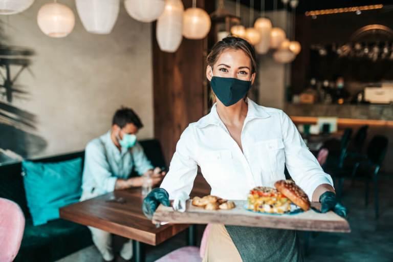 Restaurantes aumentan envíos a domicilio en un 30%