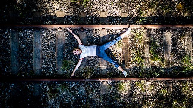 Liegendes Andreaskreuz  Danke an @talking_anna für diesen Schnappschuss auf einer stillgelegten Bahnstrecke in der Abendsonne @lavieselonanna