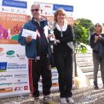 Cinzia Burini Premia un rappresentante delle sqaudre vincitrici
