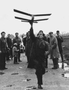 Mit den frei fliegenden Modellen zog man ins Gelände hinter dem Wasserturm.