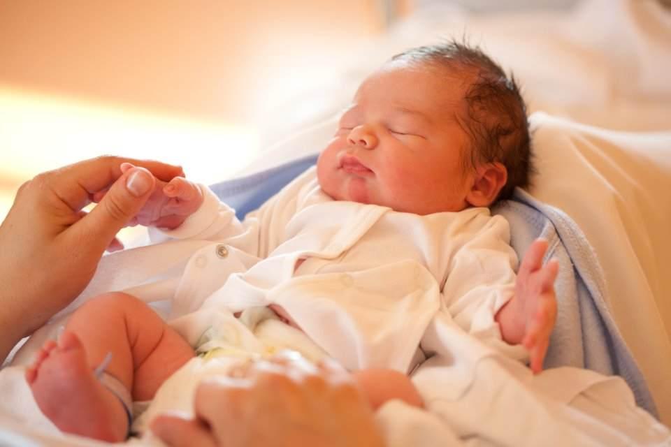 خطوات الرضاعه للطفل حديث الولاده